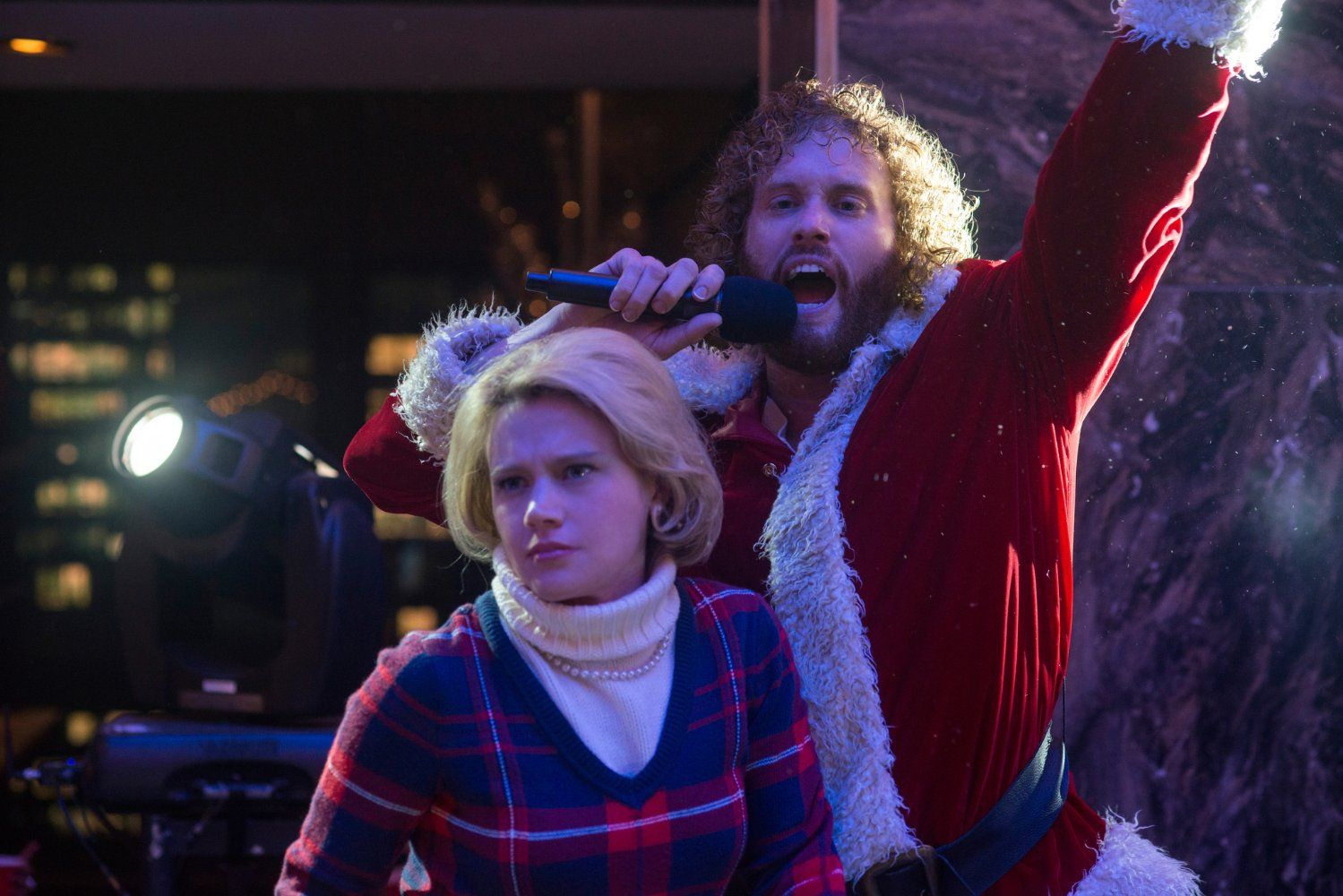 Office Christmas Party Movie.Kate Mckinnon And T J Miller In Office Christmas Party 15