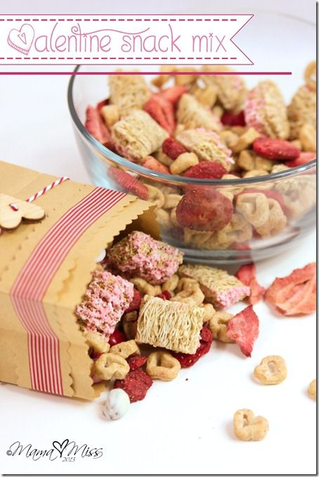 A quick & easy (& fairly healthy) Valentine Snack Mix - for you & the kiddos | @mamamissblog #valentinetreats #snackmix