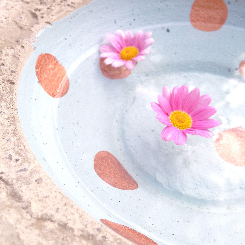 Unser Sommer DIY  aus Beton. Unsere Gartenvögel feiern ihre Poolparty jetzt bei uns. Mit angesagten Tupfen in Kupferoptik.