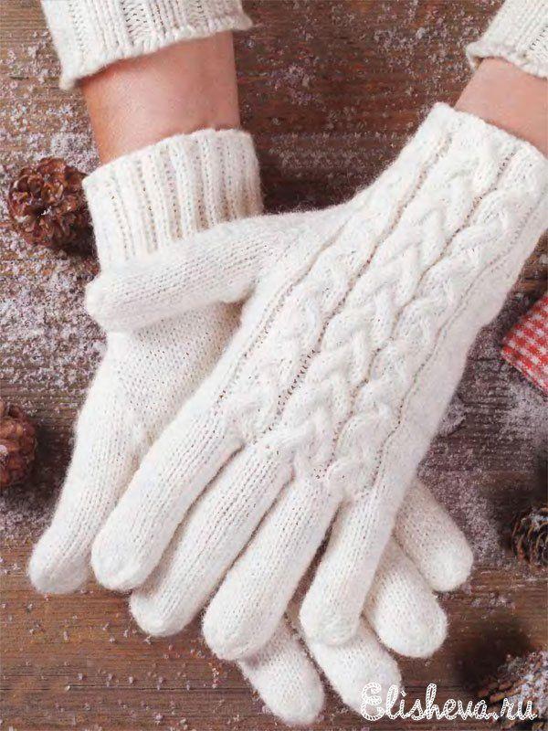 перчатки женские белого цвета с узором из кос вязаные спицами