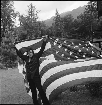 Hugh Morton S Famous Image Of Johnny Cash Holding Aloft A Tattered American Flag Nc 1974 Johnny Cash Johnny Johnny And June