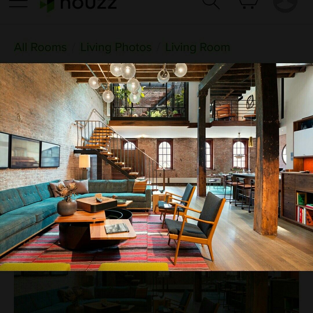 Loft r stico com parede em tijolo aparente sof azul for Loft rustico