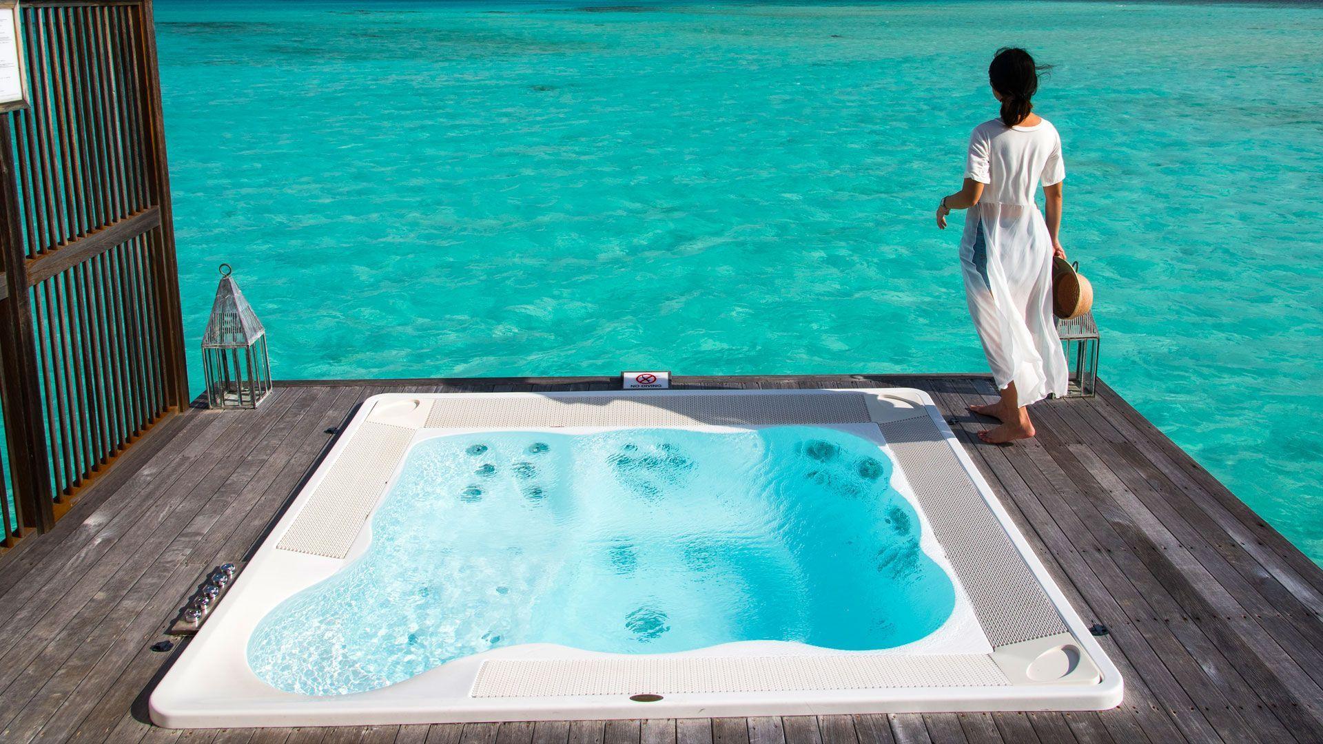 Ein Outdoor Whirlpool direkt am Wasser oder Meer i in 2020