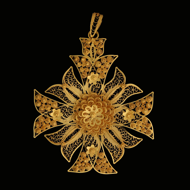 """'Cruz de Malta ou Estrela' Malta's Cross or Star Filigree cross, ornamented with curious enamel works. CRUZ DE MALTA OU """"ESTRELA"""" Cruz filigranada, guarnecida com curiosos esmaltes."""