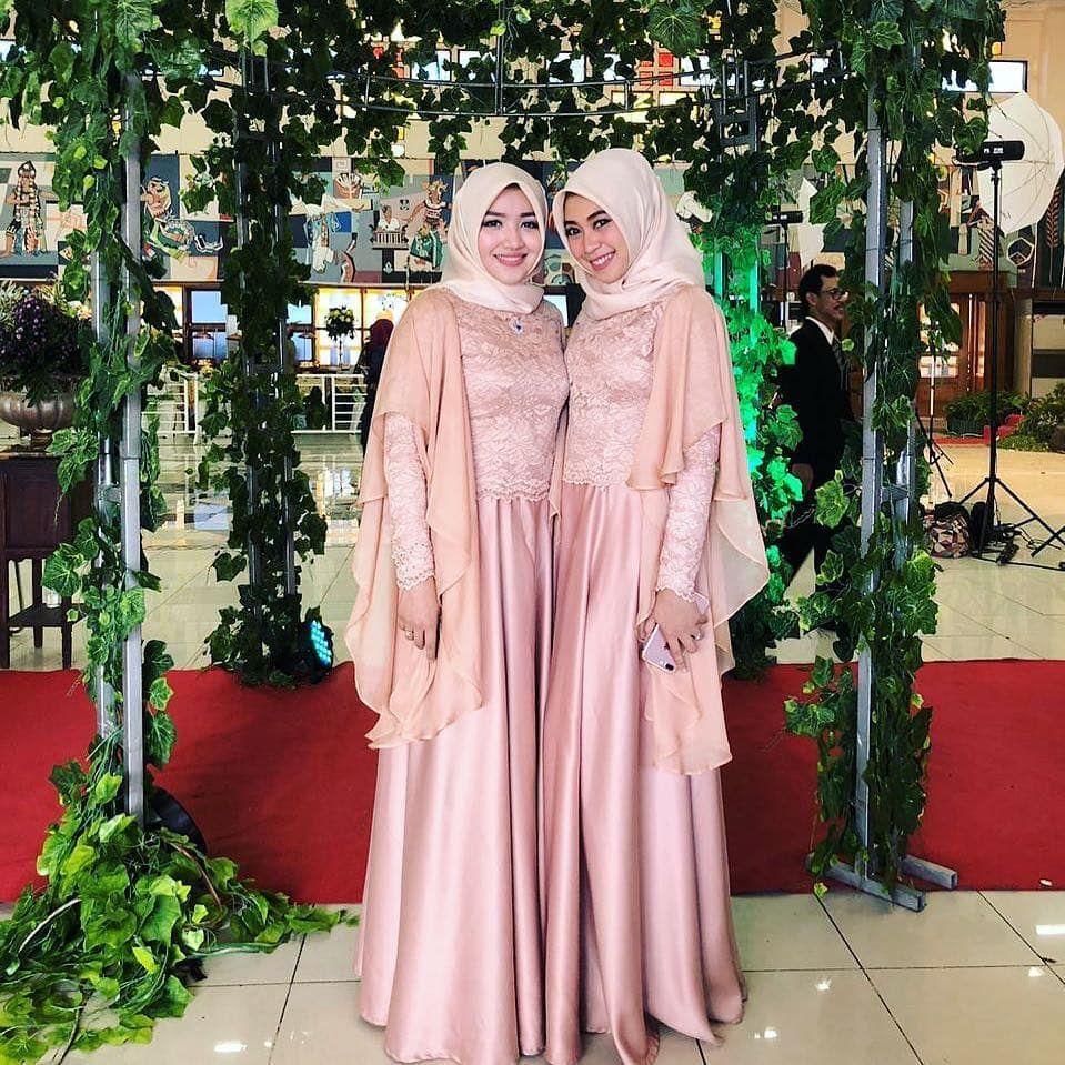 "Photo of BRIDESMAID KEBAYA KONDANGAN on Instagram: ""Sahabat rasa sodara😊😊 . . Fascinating #bridesmaidoutfit by  @julianaevawati . . ________________________________ . #kondangan…"""