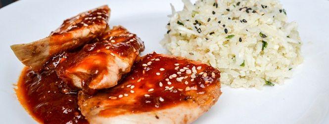 Van kip wordt vaak gezegd dat je ze hard genoeg moet doorbakken omdat het rauwe vleessalmonella zou kunnen bevatten (en waarschijnlijk ook omdat het niet lekker is). Helaas zorgt dat ervoor dat de kip die je op je bord krijgt vaak te hard gebakken en helemaal uitgedroogd is. De kippenborsten die je in de gewone [...]