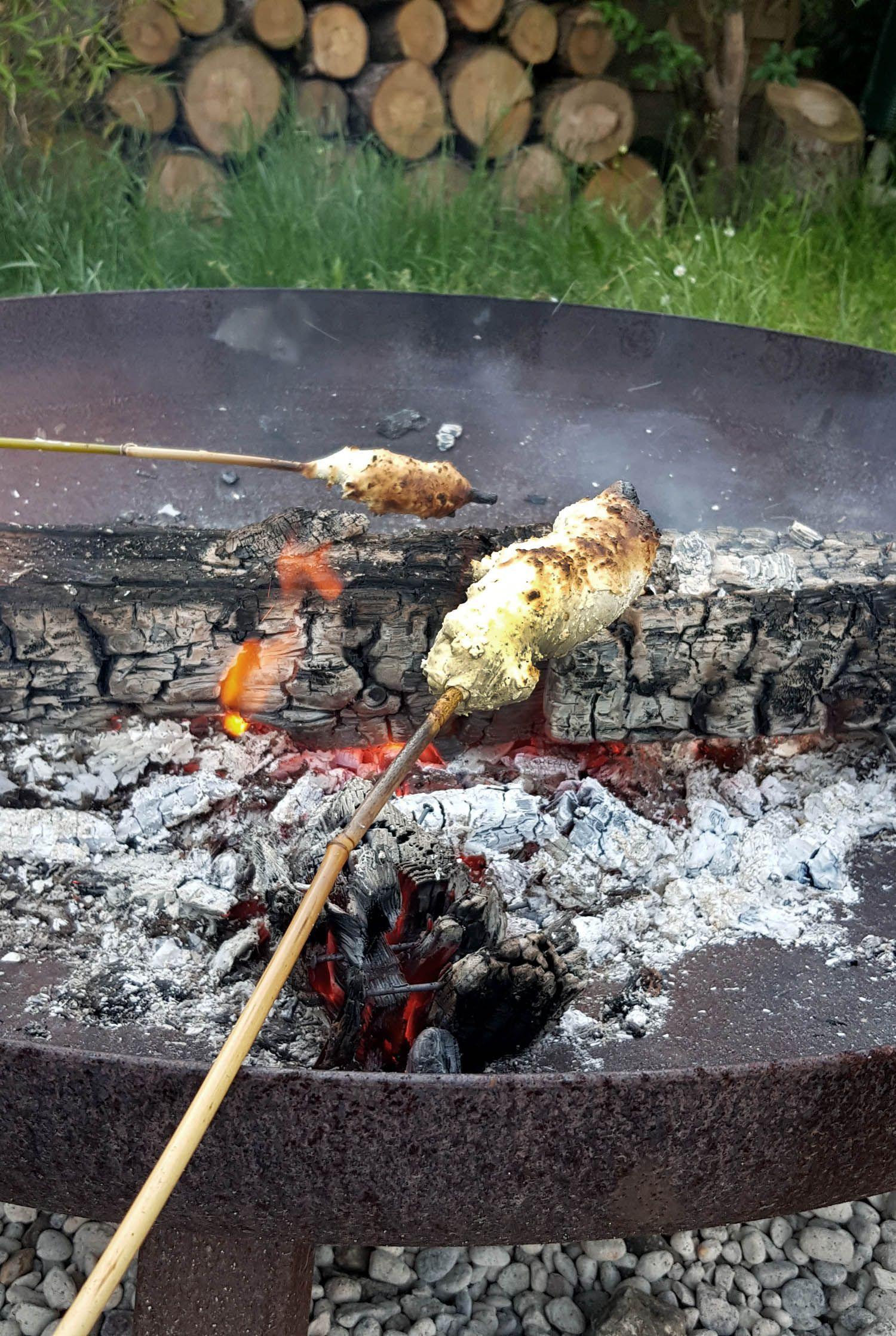 Feuerstelle bauen im Garten mit einfachen Mitteln Stockbrot über der FeuerschaleStockbrot über der Feuerschale