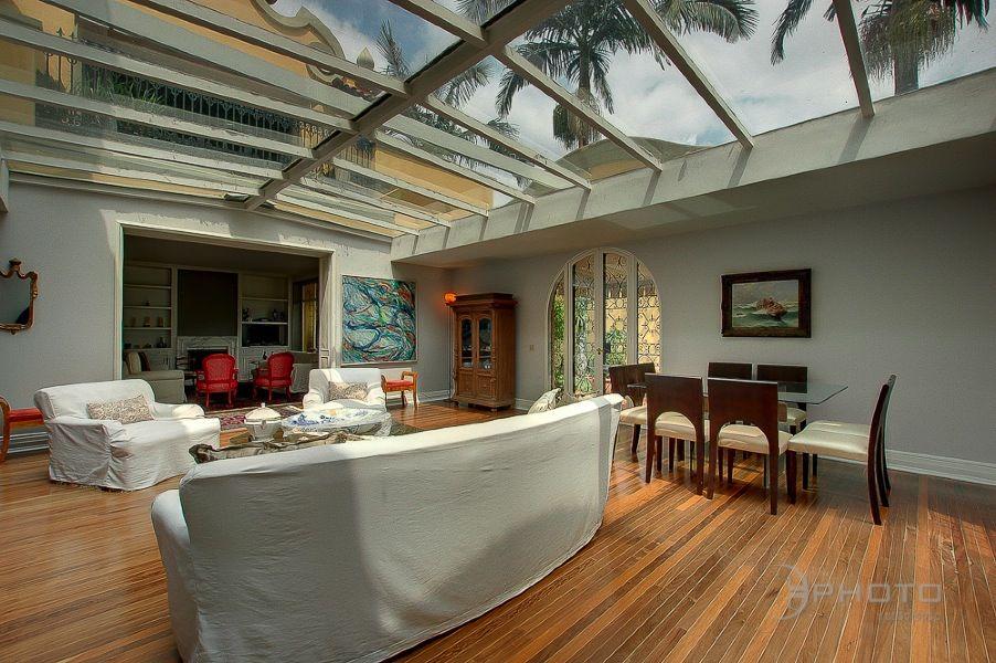 リビング 天井 ガラス張り 天窓 サンルーム シェード カーテン 開放感