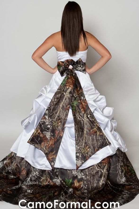 I Hunt I M From Montana I Have Dead Animals Hanging On My Walls And I Don T Know Anyone Who Would Camo Wedding Dresses Camo Wedding Dress Camouflage Wedding