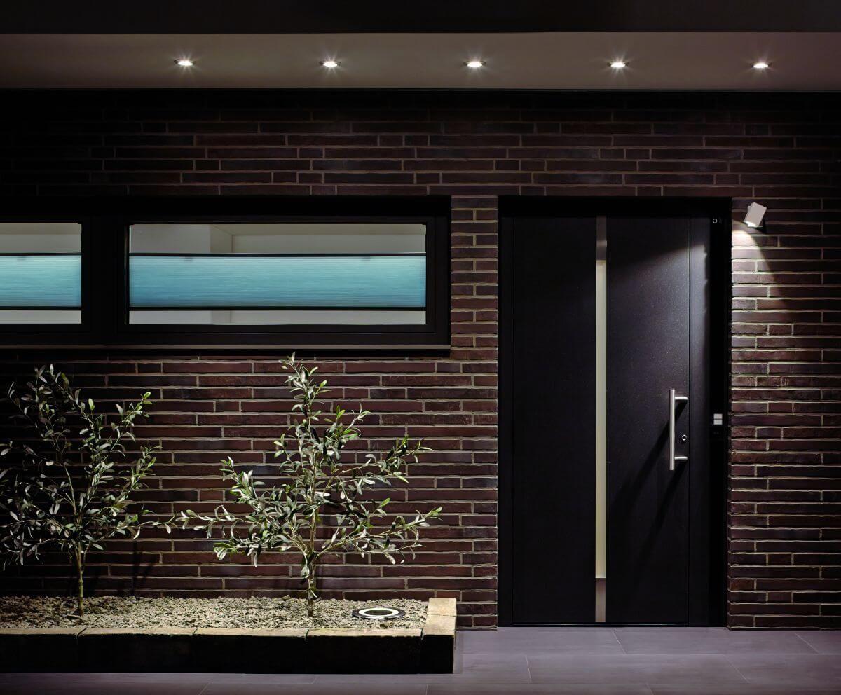 Elegante Eingangs Beleuchtung Die Einbau Spots Wirken Besonders Uber Der Haustur Klassisch Und Edel Gleich Aussenbeleuchtung Haus Beleuchtung Aussenbeleuchtung