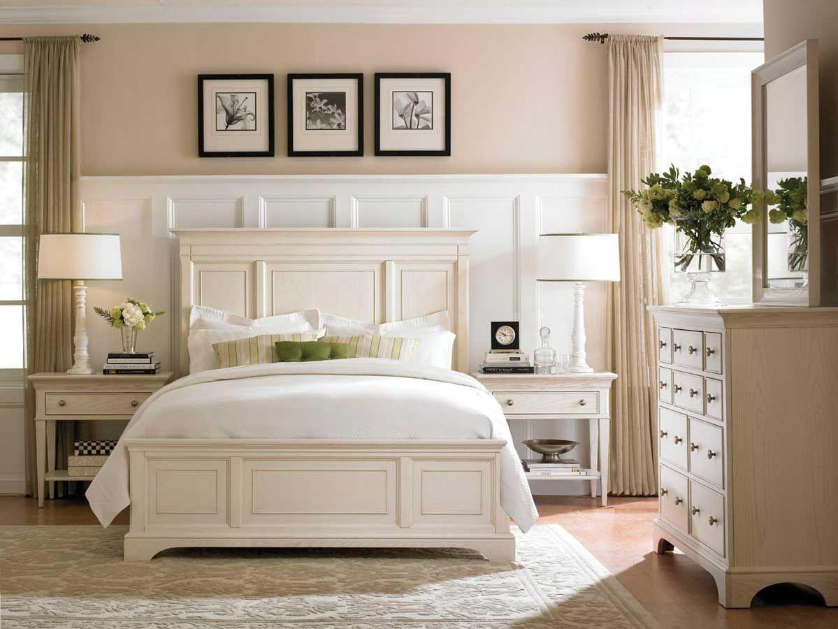 Klassischer Traum Des Weissen Landhaus Schlafzimmer Mit Leichten Farben Und Kasettenoptik Der Mobel Ist Schon American Home Furniture White Panel Bedroom Home