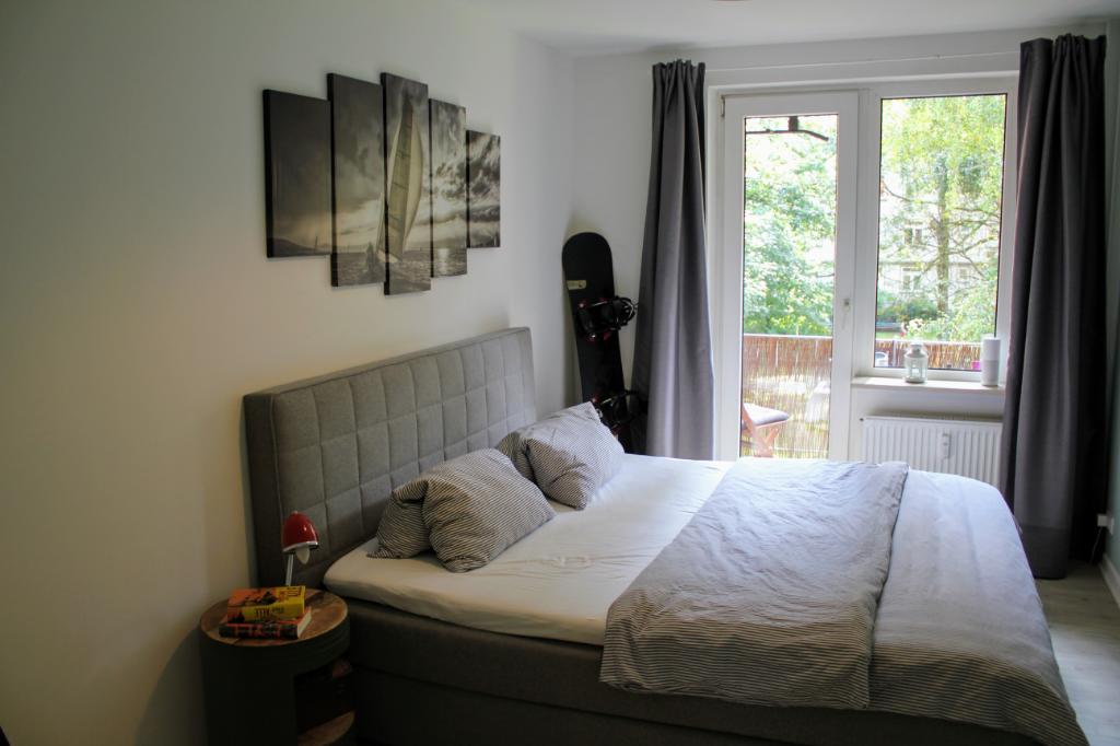 Schlafzimmer mit direktem Balkonzugang. Das Zimmer ist