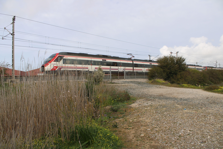 tren de cercanías circulando a la altura de las salinas de San José