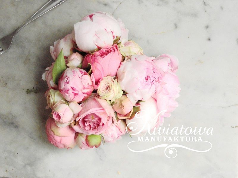 The best valentine's gift ideas. Peonies and Piano roses heart.