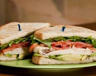 Sandwich de dinde, avocat et salade