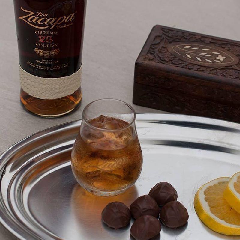 Un maridaje excepcional: la  combinación  perfecta de sabores entre la suavidad de #RonZacapa y la intensidad del chocolate negro. by zacaparoom_es
