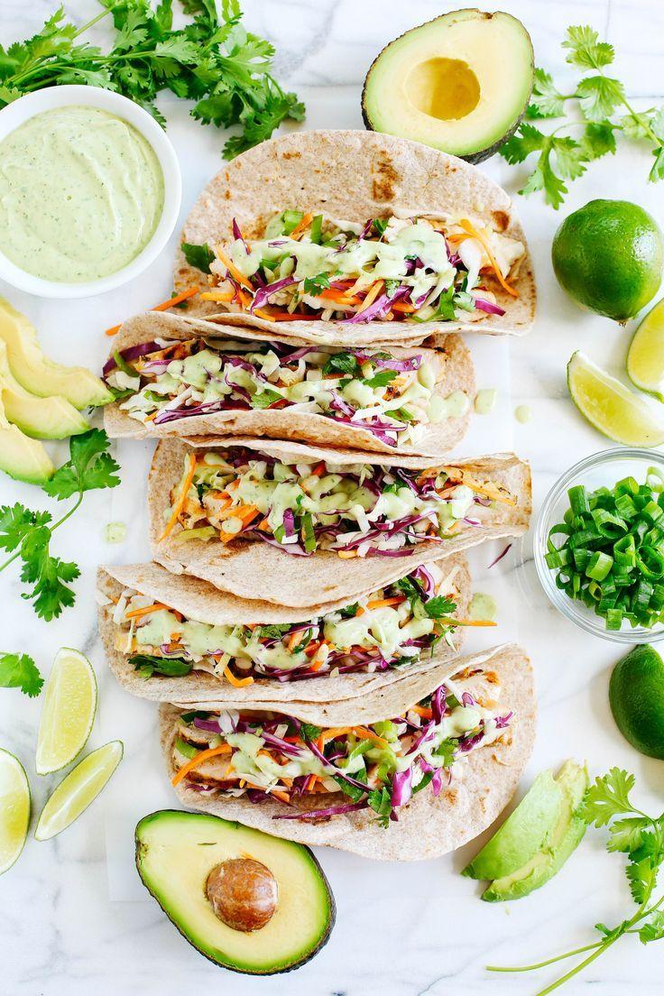 Diese Cilantro Lime Chicken Tacos mit würzigem Krautsalat und Avocado-Crema sind …