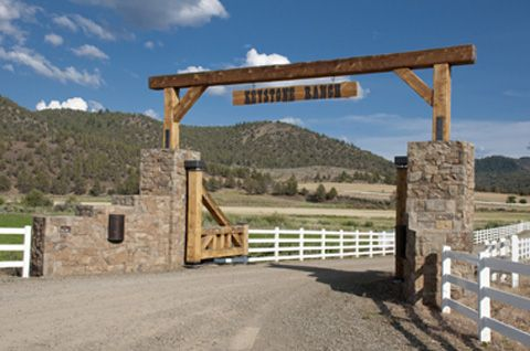 Rustic ranch gate idea rly rly love this maybe down in for Ranch entrance designs