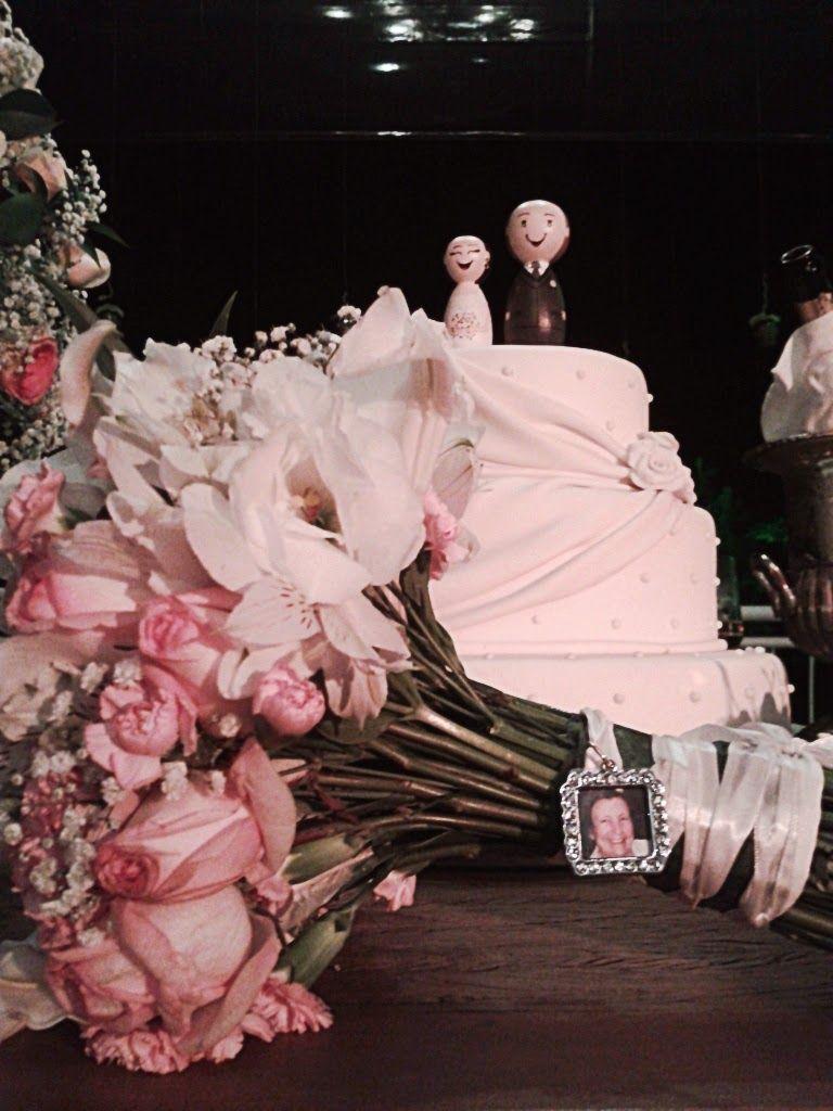 Buquê da noiva com relicário, foto da querida vovó que faleceu antes de seu Casamento: Casamento de Gabriela e Fred