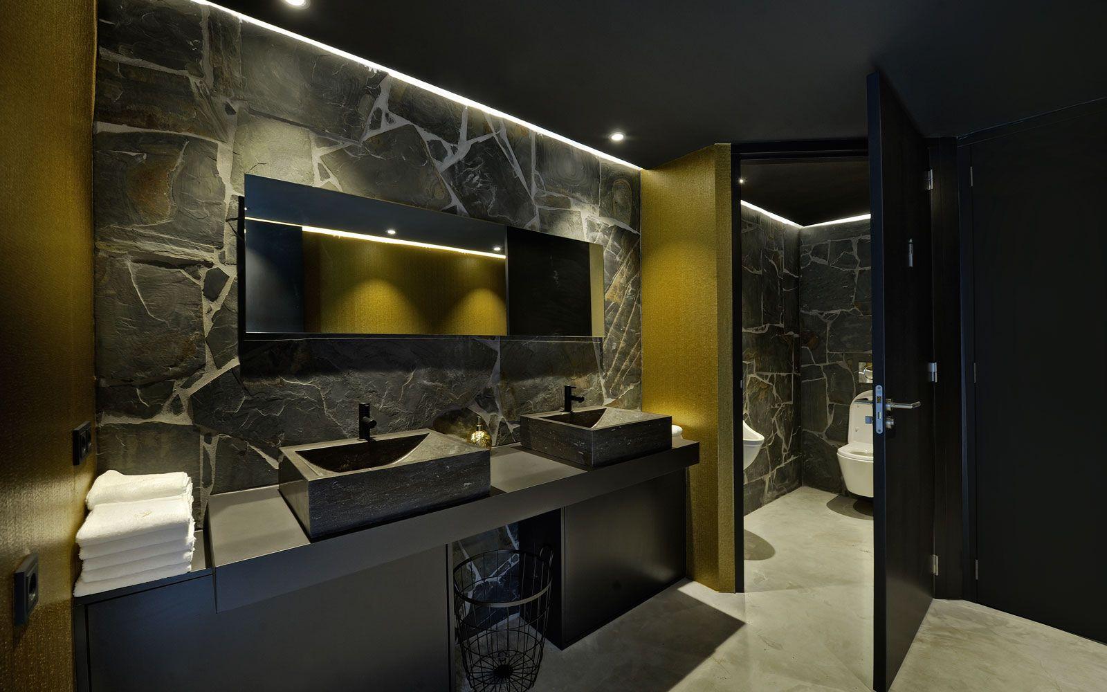 Eetkamer met op maat gemaakt dressoir in ceppo di gres natuursteen