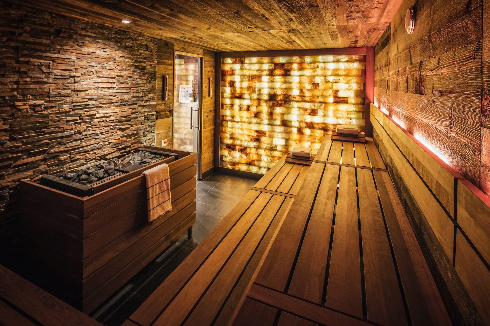 Stimmungsvolle Design Sauna Mit Natursteinen Und Hinterleuchteter Salzsteinwand Im Fairmont Hotel Vier Jahreszeiten Das Sauna Fur Zuhause Sauna Natursteinwand