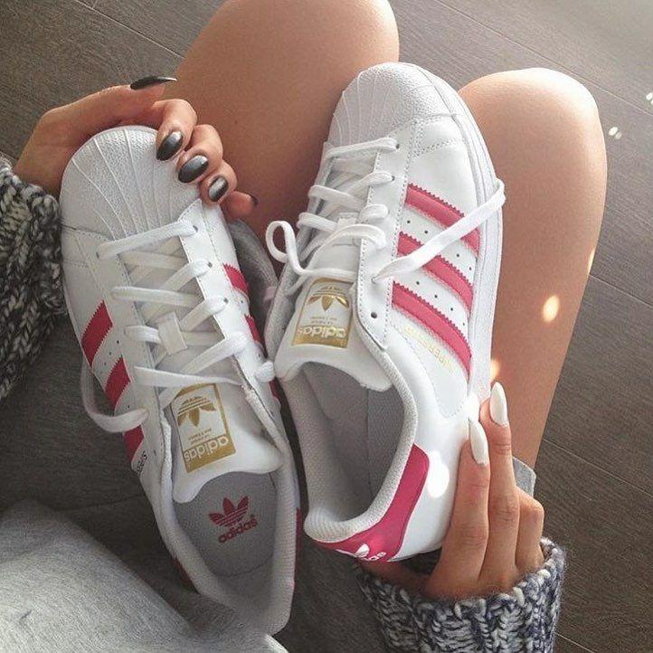 Tenis Adidas Superstar, Na cor Branca com as tiras rosa.