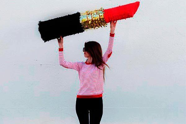 Si necesitas una piñata muy femenina para tu celebración, entonces una con forma de labial es la indicada. Además de ser súper chic, la podrás usar para celebrar tu cumpleaños, un San Valentín entre amigas o una increíble despedida de soltera.
