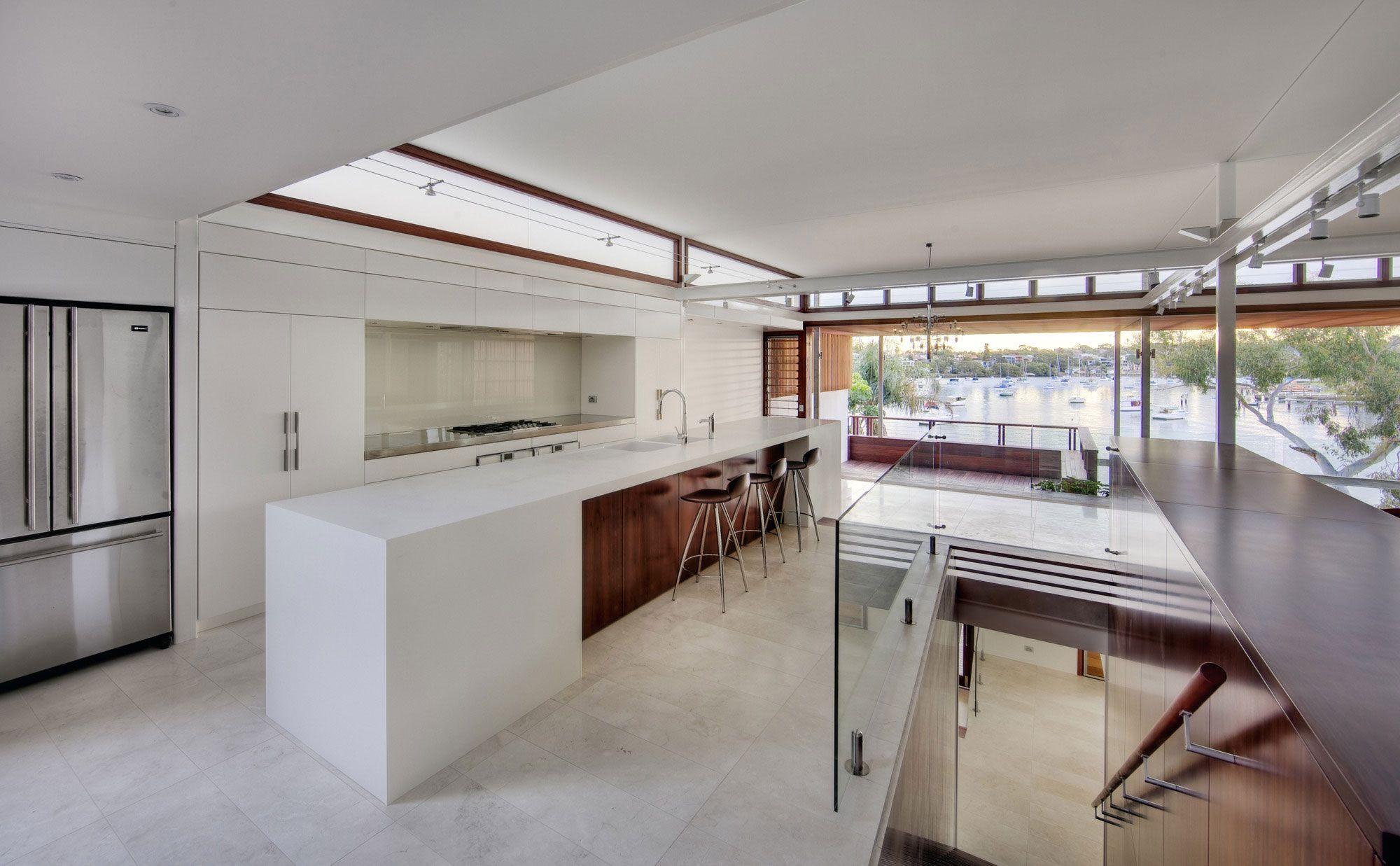 Keittiön yläkaappien päällä ikkuna.  Tennyson Point Residence by CplusC Architectural Workshop