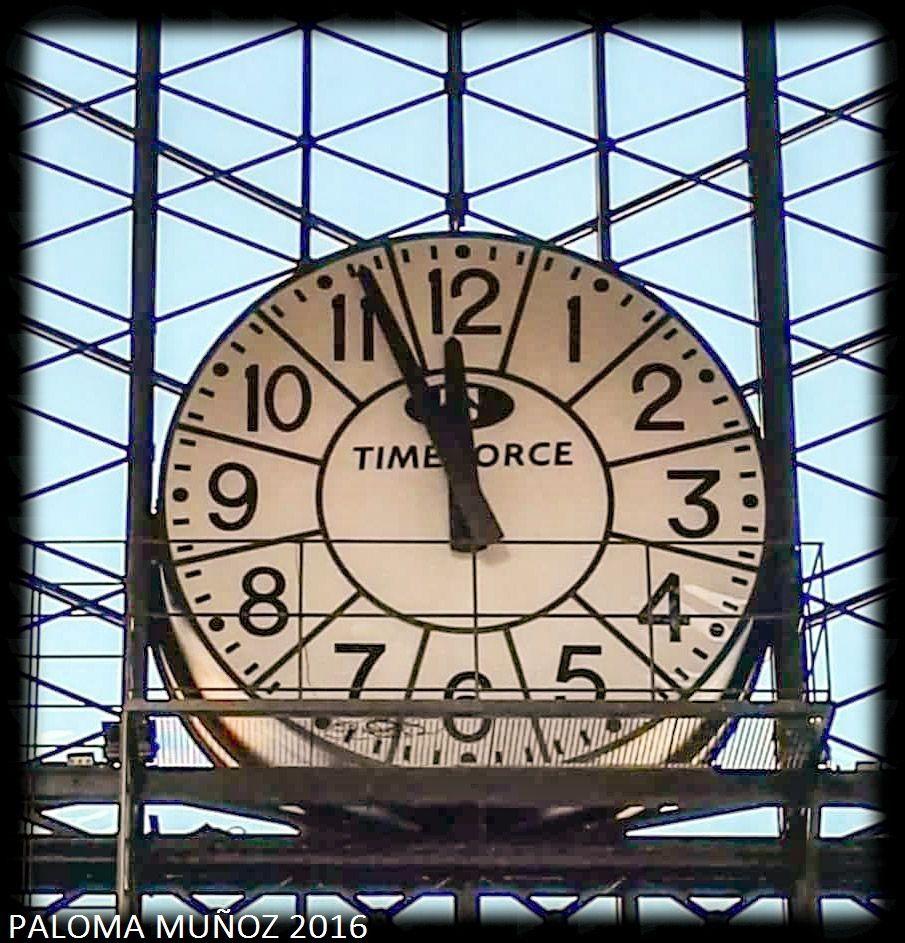 El gran reloj de la estación de cercanías de Príncipe Pío.  The great clock of rail station of Príncipe Pío.