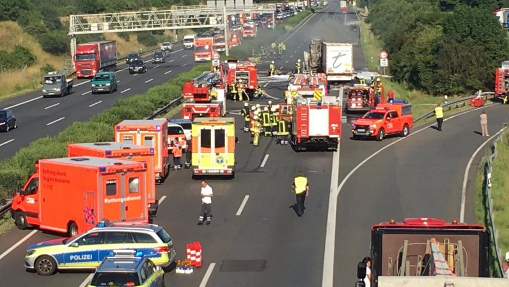 Todes Crash Auf Der A2 Fahrer Verbrennt In Seinem Lkw Lkw Lkw