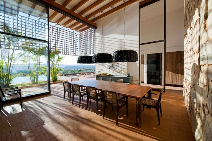Maison contemporaine avec pare soleil suspendu en bois