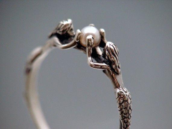 zwei meerjungfrauen ring mit perle gr e 3 von sheppardhilldesigns cooler schmuck pinterest. Black Bedroom Furniture Sets. Home Design Ideas