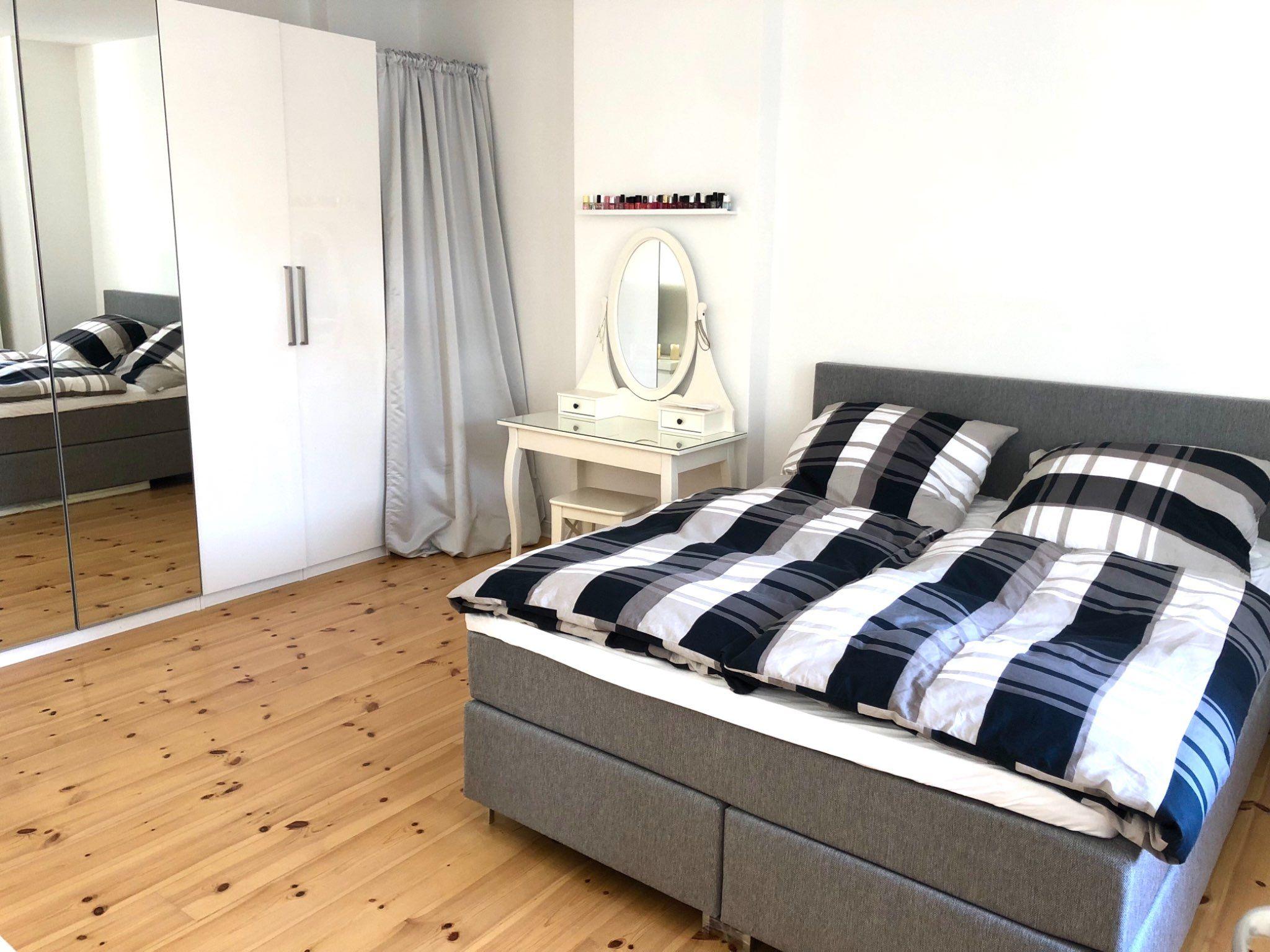 In diesem Boxspringbett im schönen Schlafzimmer in #Berlin ...