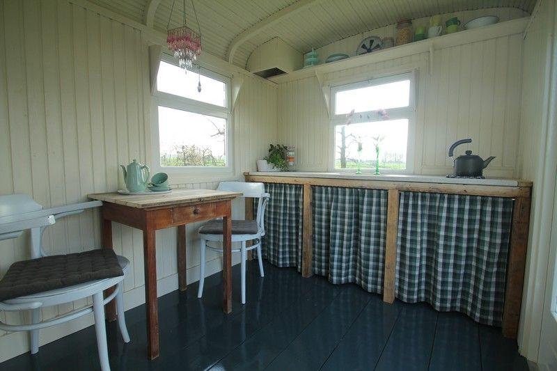 Interieur van een gerestaureerde woonwagen. Kijk voor meer bij www ...