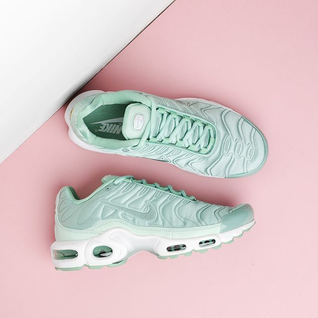 4c4d57fc93 ENAMEL GREEN The beautiful Nike Air Max Plus SE TN is a fusion of sport and  fashion! This wonderful updated version of the '80's classic features a  shiny ...