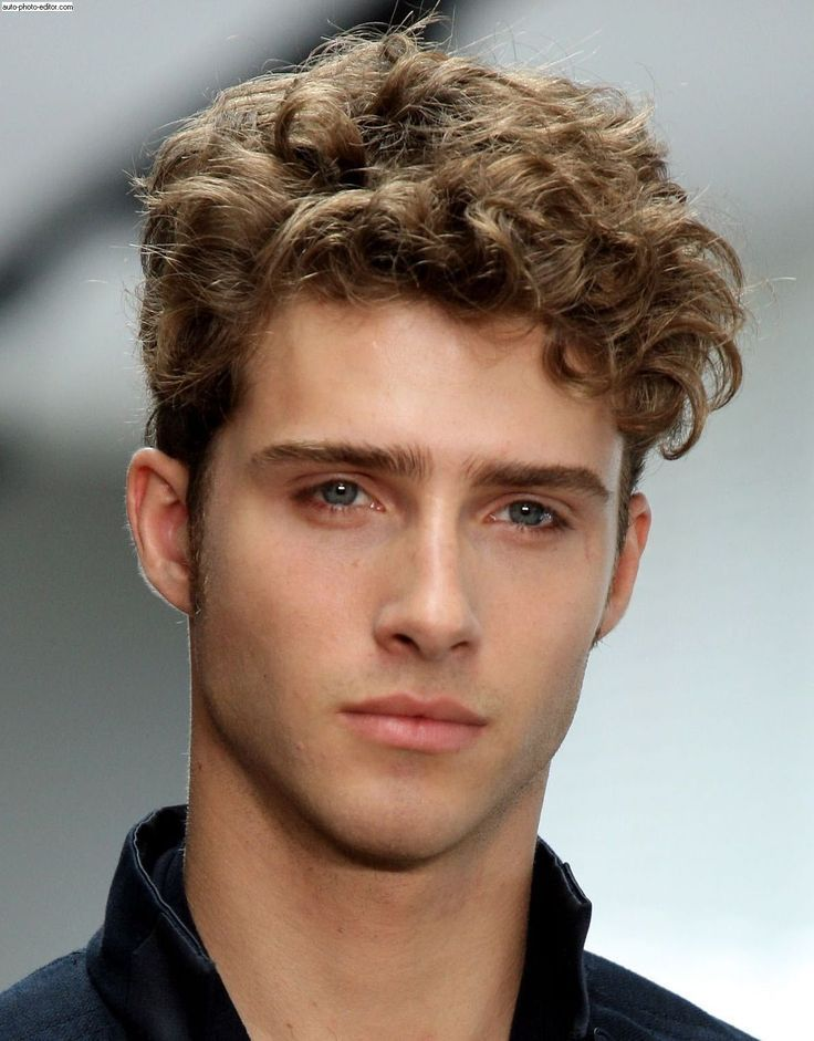 Os modelos de cortes homem Tousled Curly