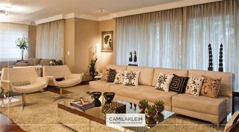 Em uma sala de estar, o sofá é o elemento decorativo mais importante. Ele tem que ser lindo e aconchegante, para garantir o charme do living e o conforto das pessoas. As almofadas também ajudam a trazer uma sensação de relaxamento. Sempre coloco em meus projetos tapetes e cortinas que combinem com a cor do ambiente. A mesa de centro espelhada também é elegante. #living #conforto #decoracao #arquitetura