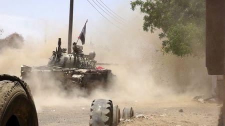EL CAIRO (Reuters) - Al menos 10 personas murieron en una serie de combates entre hutíes y milicianos en la ciudad yemení de Taiz durante la noche, según dijeron el domingo los residentes de la zona y fuentes médicas. El tiroteo en Taiz tuvo lugar a pesar de una tregua humanitaria de cinco días que entró en vigor el martes, planeada para distribuir suministros a millones de personas sin comida, combustible ni medicinas debido al conflicto armado en el país que ya dura semanas. ...
