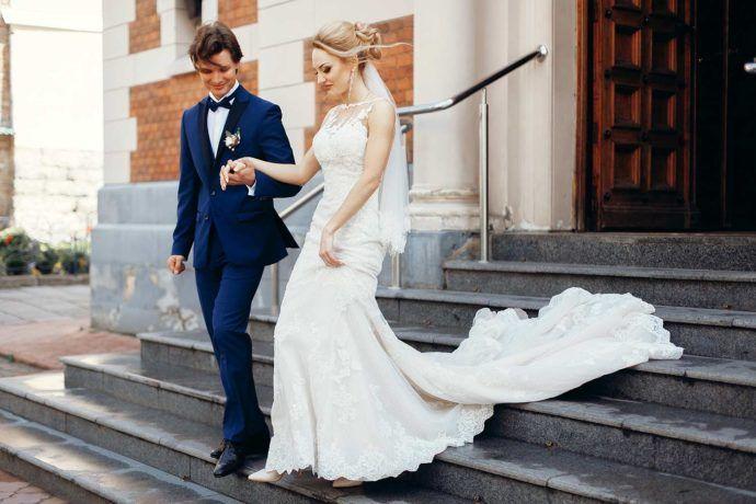 Schönes Brautkleid mit Spitze und langer Schleppe. © Depositphotos ...