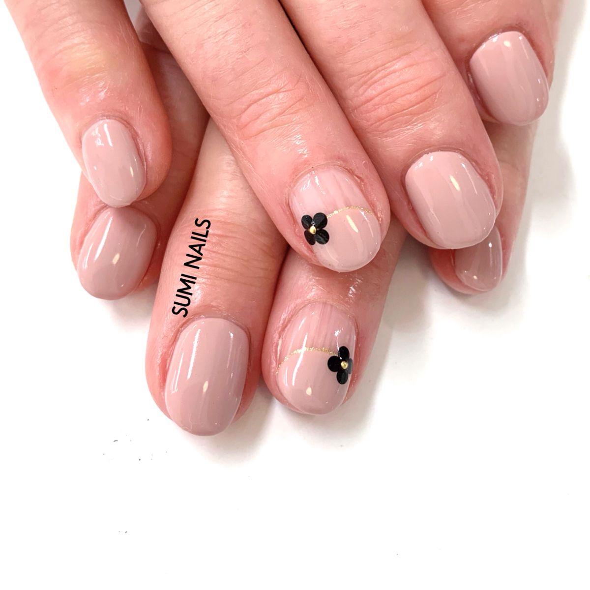 #accentnails #simplenailart #nudepinknails #blackflowers #flowernails #suminails #ladiposh #sydneynailart #gelnailsdesign #nailart