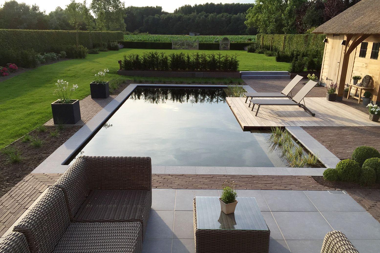 Zwemvijver met vlonder in hardhoutplanken terras in tegels