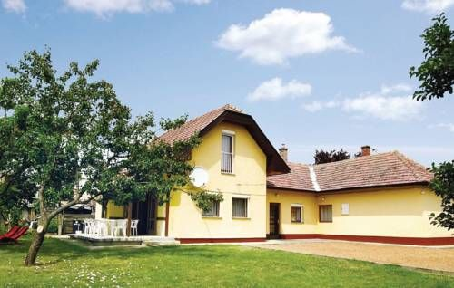 Holiday home Zrinyi Utca-Balatonbogl�r Balatonbogl�r Holiday home Zrinyi Utca-Balatonbogl?r is a holiday home set in Balatonbogl?r, 37 km from H?v?z. It provides free private parking.  A microwave, a fridge and a stovetop can be found in the kitchen. A TV is offered.