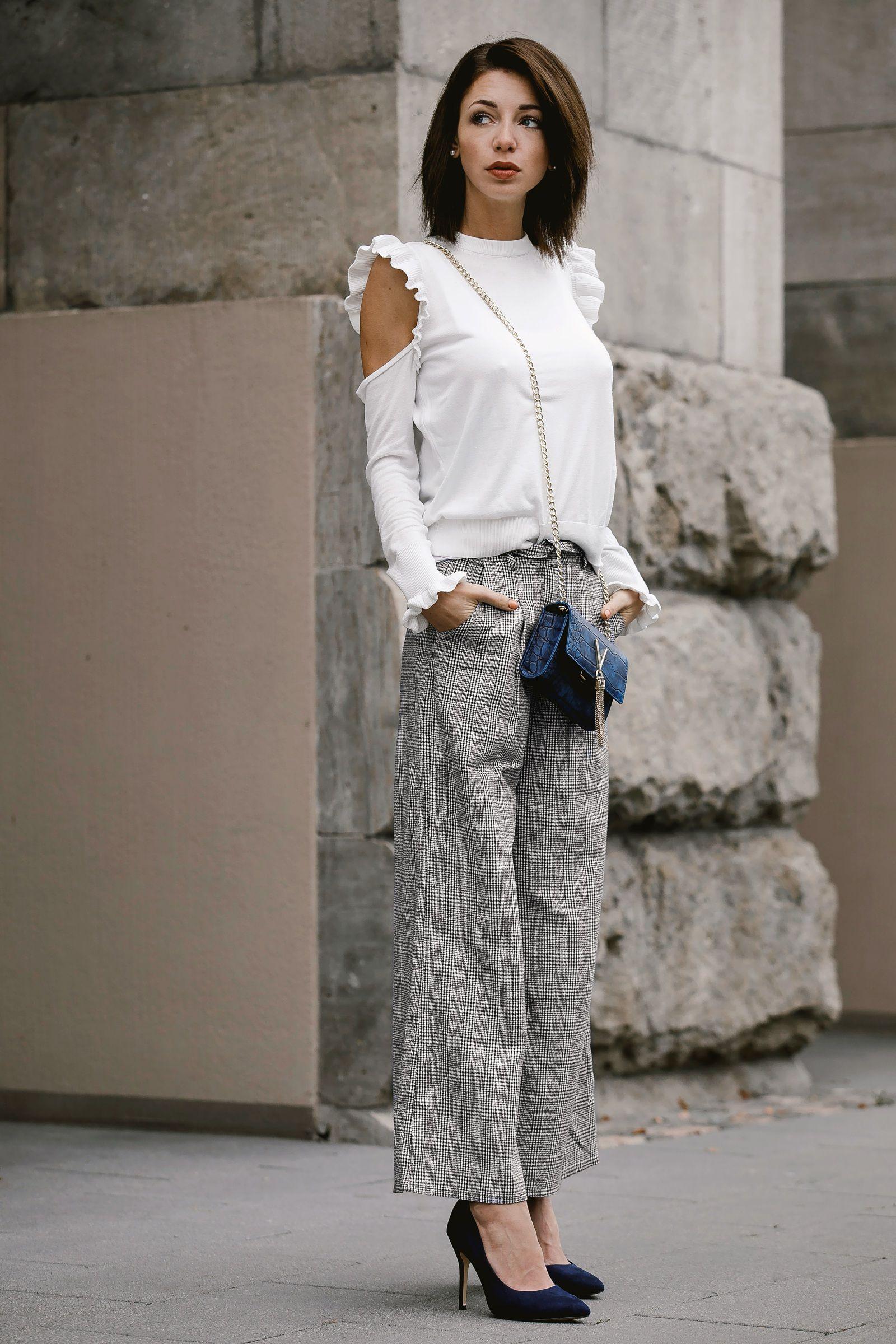1a0435d555b2 Streetstyle   Outfit von Mode Bloggerin Jasmin Kessler - Hose mit Glencheck Muster  mit Cold Shoulder Sweater und Valentino Divina