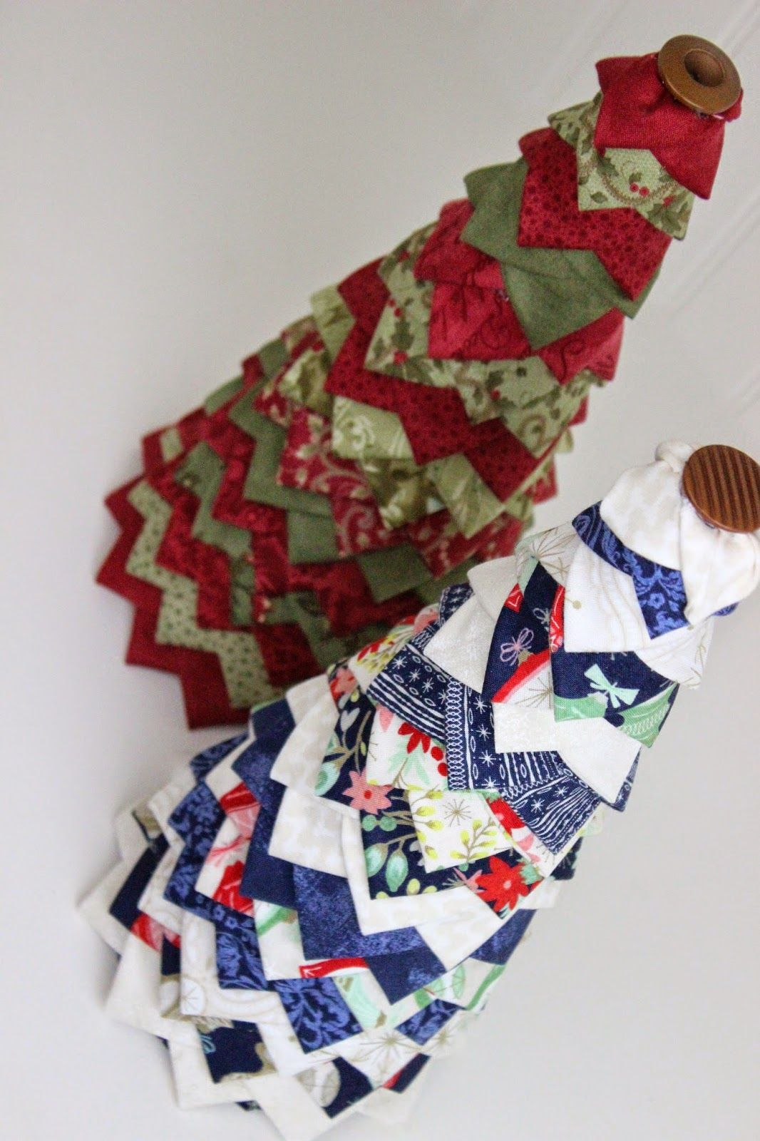 Folded fabric christmas tree - Check Out This Easy To Make No Sew Quilted Christmas Tree This Includes An Easy