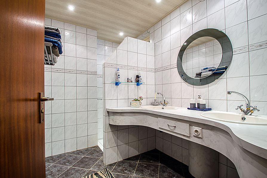 Badkamer Randje met tegelverf Tegelstickers Hoe pimpen we het ...