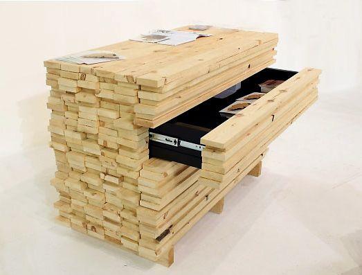 Bancada de trabalho disfarçada de pilha de tábuas. Pile of boards ...
