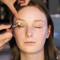 Videoanleitung: Schlupflider richtig schminken | freundin.de