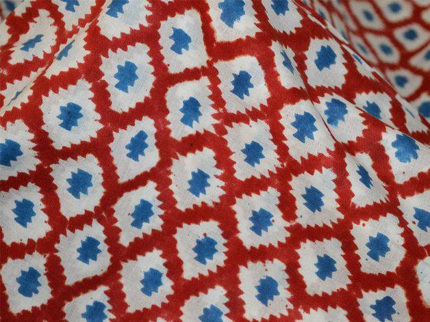 Pflanzenfarbe reiner Baumwolle in blau und rot auf weißem Hintergrund. Diese Stoffe sind für den Druck durch eine natürliche Bleichprozess vorbereitet und gedruckt mit traditionellen natürlichen...