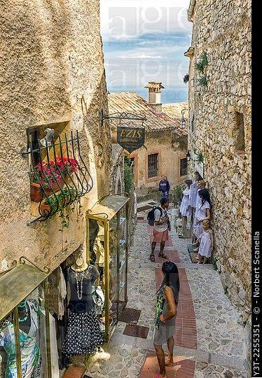 Europa, Francia, Alpes Marítimos.  Eze.  El famoso pueblo encaramado.  Turistas caminando en un callejón.