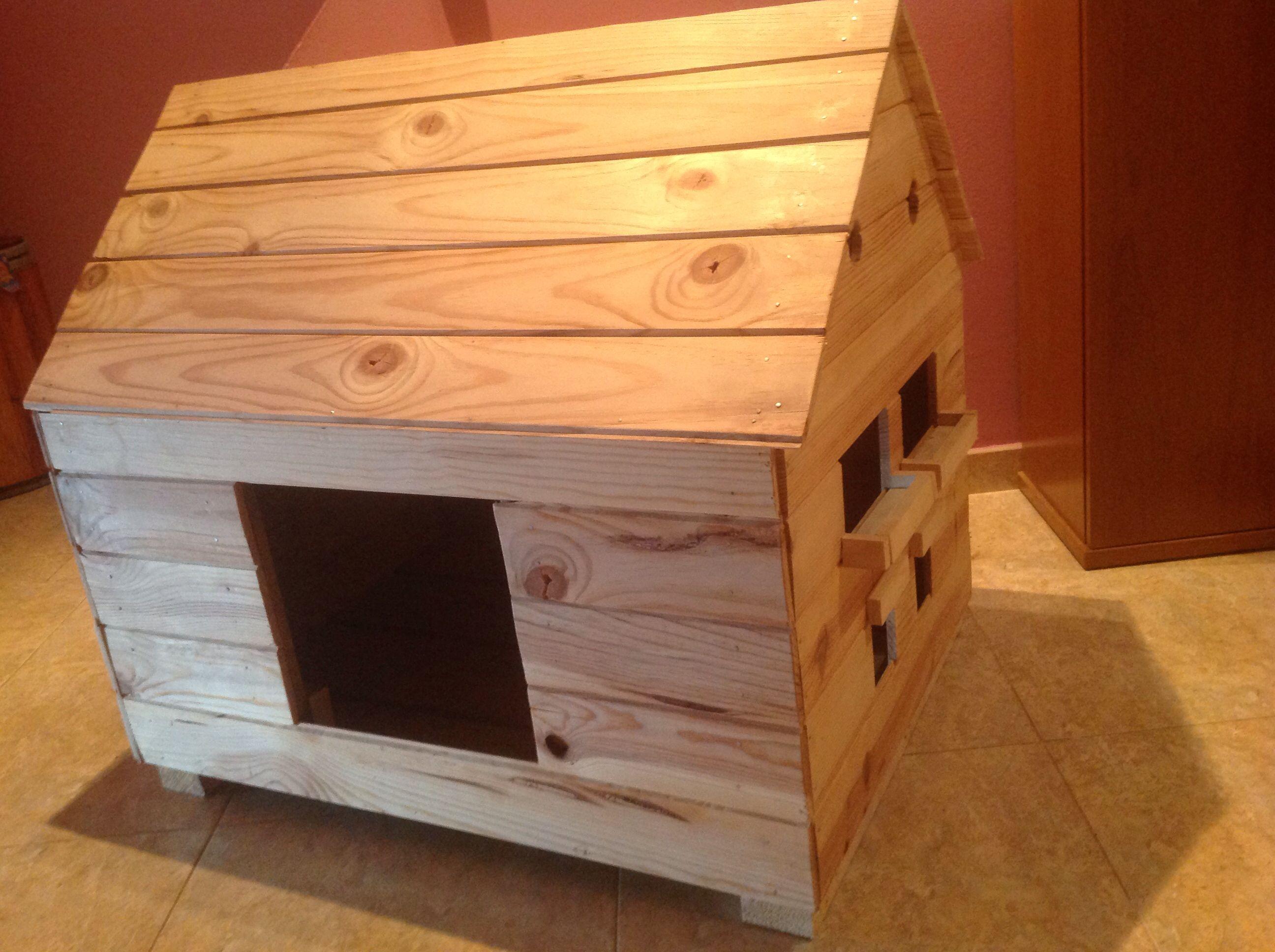 Caseta de perro con ventanas y balcones de pino y palet reciclado de ...